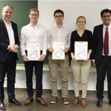 Von links nach rechts: Prof Michael Weydrich (IVS-Vorstand), IVS-Award-Preisträger Dominik Braun, Michael Hertneck und Jennifer Rösler, Dr.-Ing. Nasser Jazdi (IVS-Geschäftsführer)