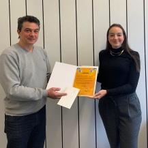Prof. Dr.-Ing. Konstantinos Stergiaropoulos überreicht die Urkunde an Sophia Ruppert